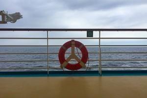 Gespräch mit einer Serviererin auf einem Kreuzfahrtschiff